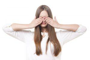 目を隠す女性